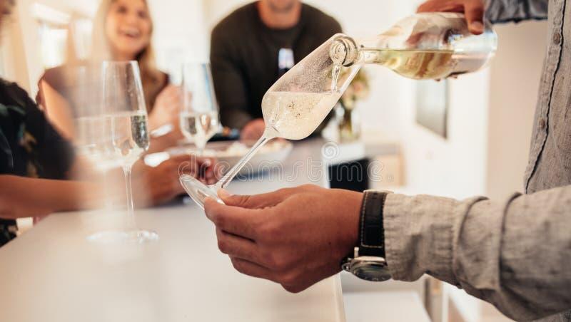 Mannumhüllung trinkt zu den Freunden am neuen Haus lizenzfreie stockbilder
