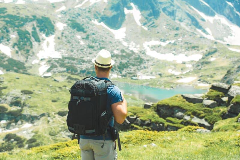 Mannwanderer, der zum See schaut stockfoto