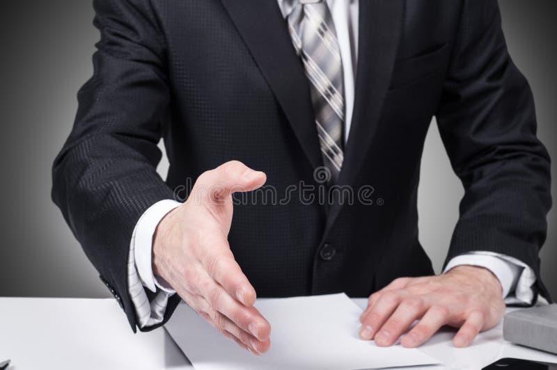 Mano abierta del hombre de negocios lista para sellar un trato, socio que sacude las manos, en la oficina fotos de archivo libres de regalías