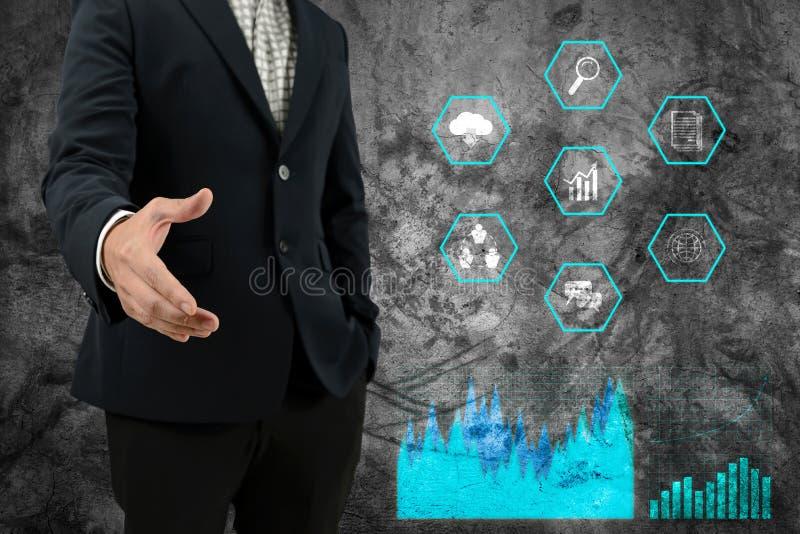 Mano abierta del hombre de negocios para que apretón de manos haga el acuerdo del negocio con los iconos del gráfico y del negoci imágenes de archivo libres de regalías