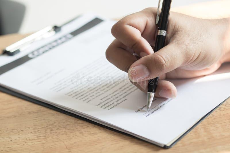 Mano alta vicina della carta di firma del contratto dell'uomo d'affari fotografie stock libere da diritti