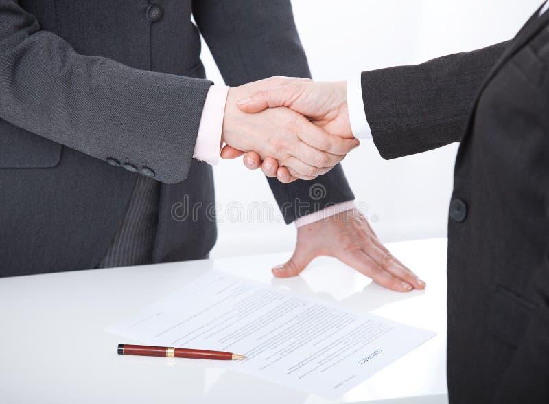 Mano amica Due donne di affari stringono le mani a vicenda per firmare un riuscito affare fotografia stock libera da diritti