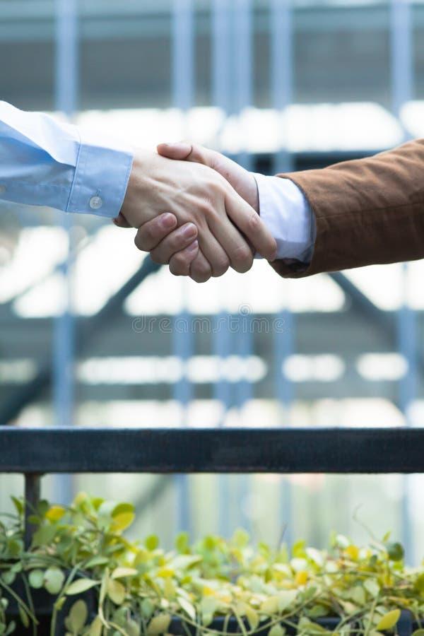 Mano amica Uomo d'affari due che stringe le mani con ogni othe fotografie stock libere da diritti