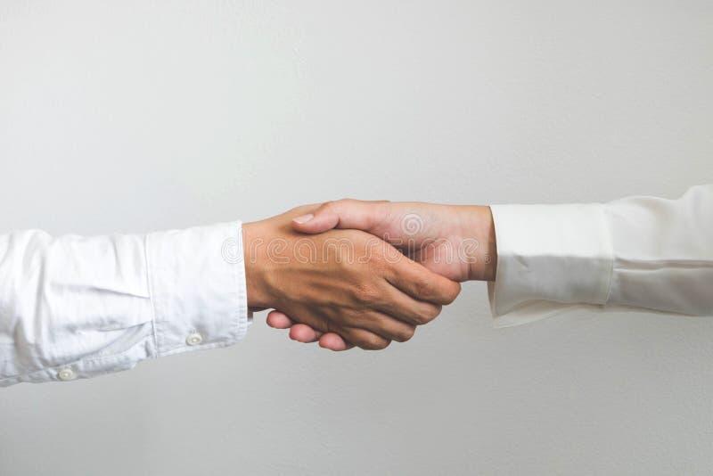Mano amiga Hombres de negocios que sacuden las manos, acabando para arriba una reunión, negociación del acuerdo del éxito fotografía de archivo libre de regalías