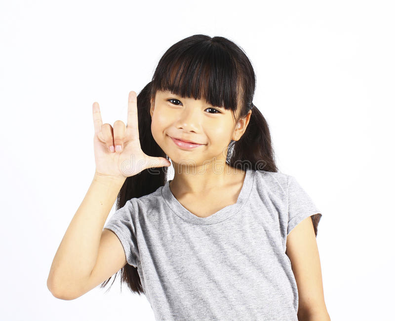 Mano asiatica del segno di amore di manifestazione della ragazza su fondo bianco immagini stock libere da diritti