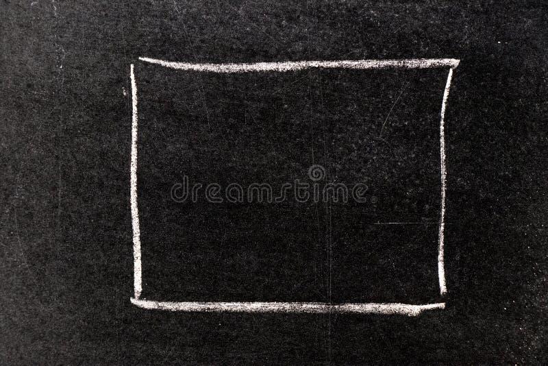 Mano bianca del gesso che assorbe forma quadrata in bianco sulla lavagna illustrazione di stock