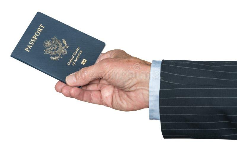 Mano caucásica mayor que sostiene el pasaporte de los E.E.U.U. imagen de archivo libre de regalías