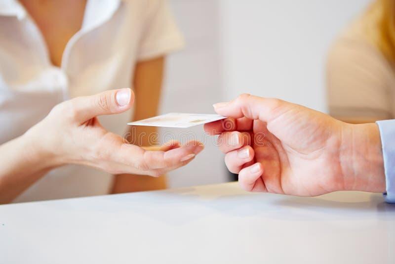 Mano che dà smart card a medici di aiuto fotografia stock libera da diritti