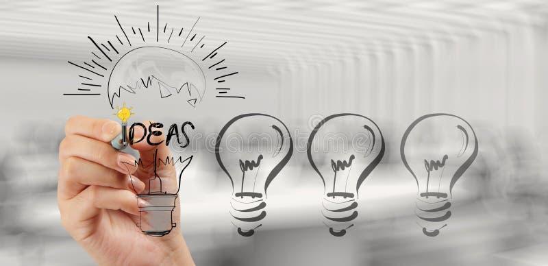 Mano che disegna strategia aziendale creativa con la lampadina immagine stock
