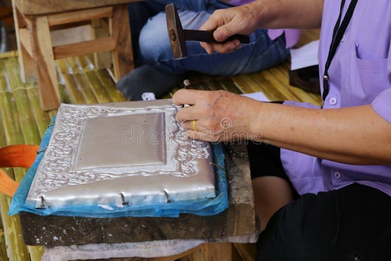 Mano che fa mestiere d'argento, Tailandia fotografie stock