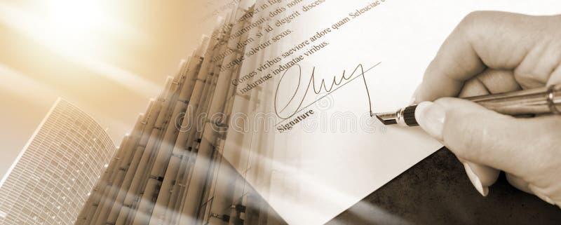 Mano che firma un contratto; esposizione multipla immagini stock libere da diritti
