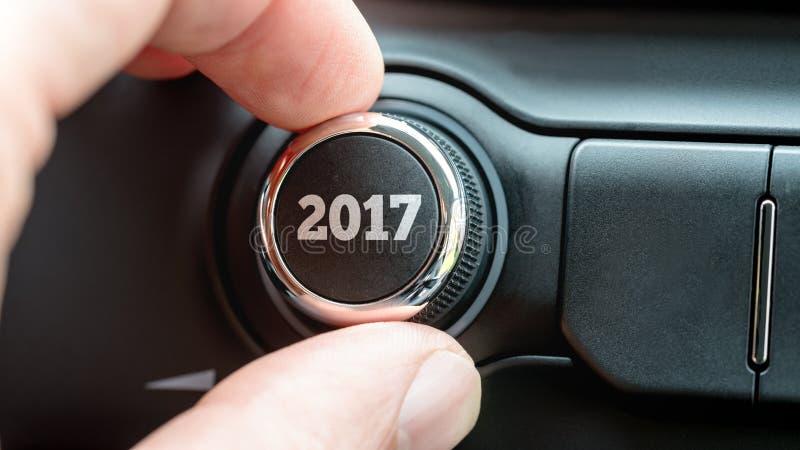 Mano che regola il quadrante del bottone con testo 2017 fotografia stock libera da diritti