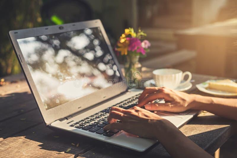 Mano che scrive sulla tastiera con la tazza di caffè immagini stock libere da diritti