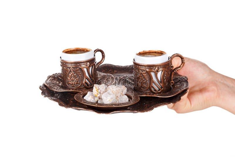Mano che serve caffè turco fotografia stock