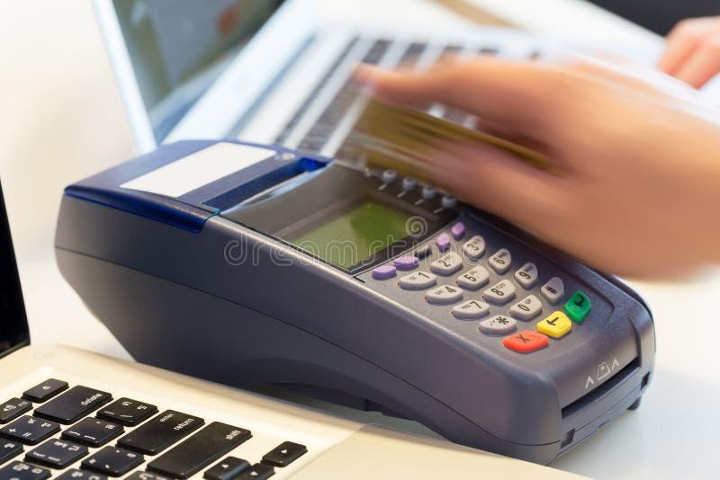 Mano che Swiping la carta di credito immagini stock