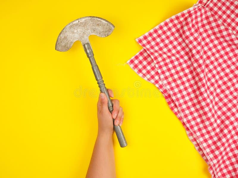 mano che tiene coltello da cucina tagliente d'annata per carne e le verdure fotografie stock libere da diritti