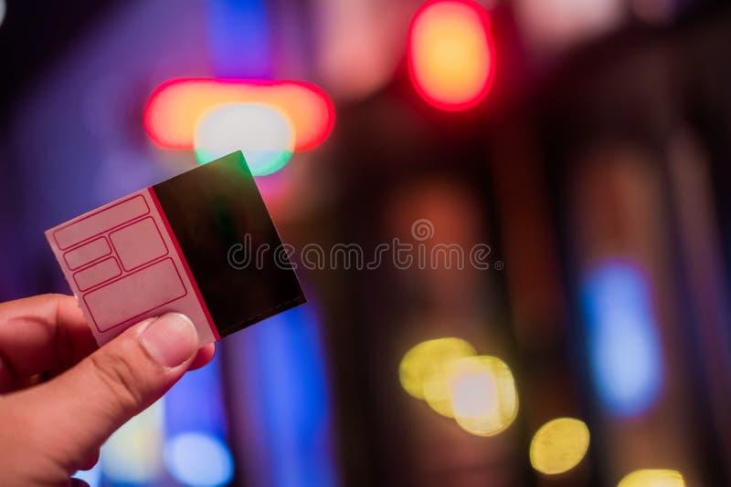 Mano che tiene i biglietti di carta del cinema fotografia stock