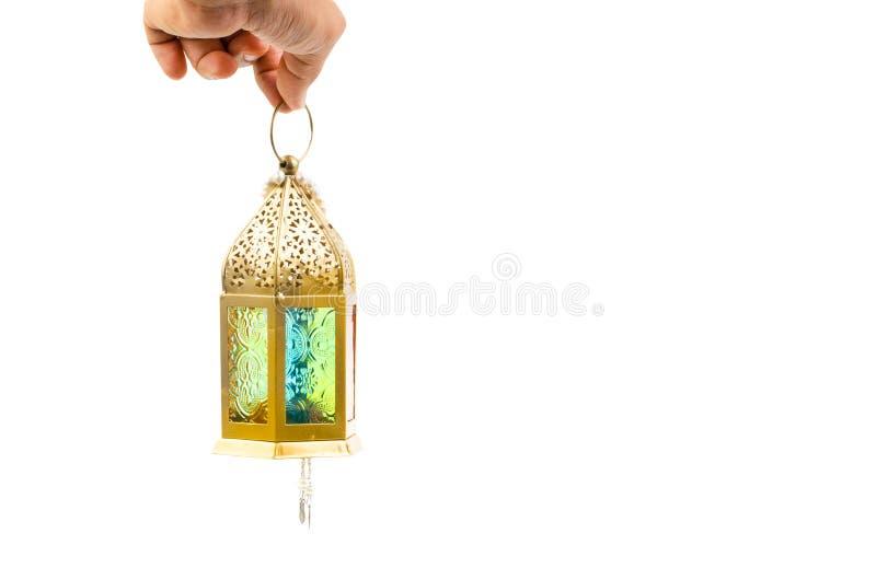 Mano che tiene l'isolato arabo della lanterna su bianco fotografie stock