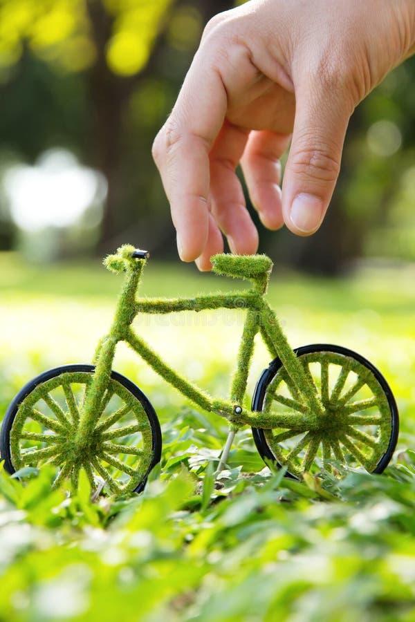 Mano che tiene la bicicletta di Eco fotografia stock