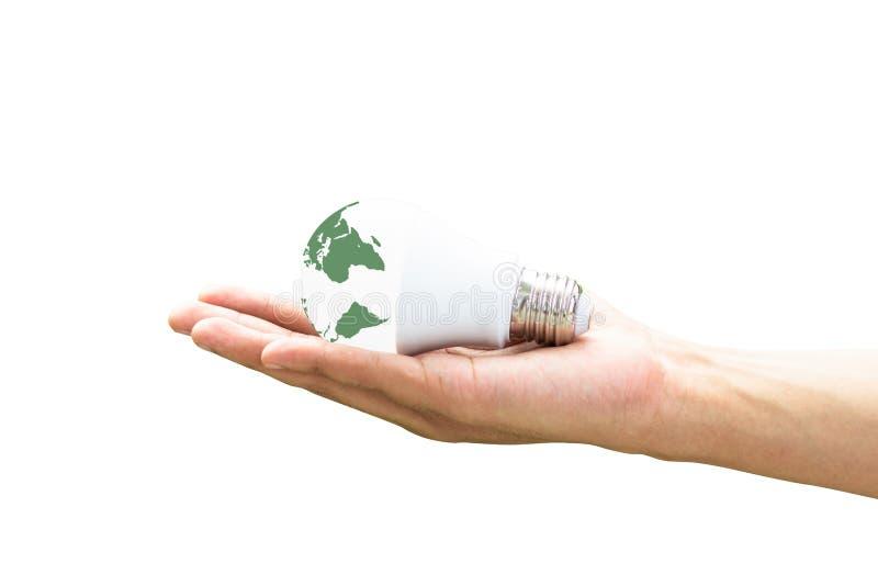 Mano che tiene la lampadina del LED con illuminazione sul fondo verde della natura immagine stock