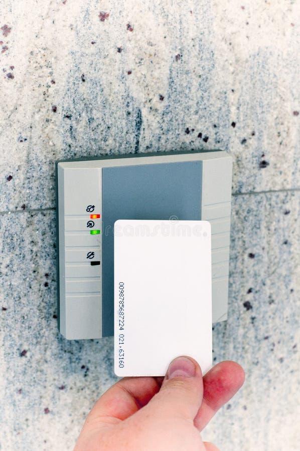 Mano con el acceso de la tarjeta foto de archivo