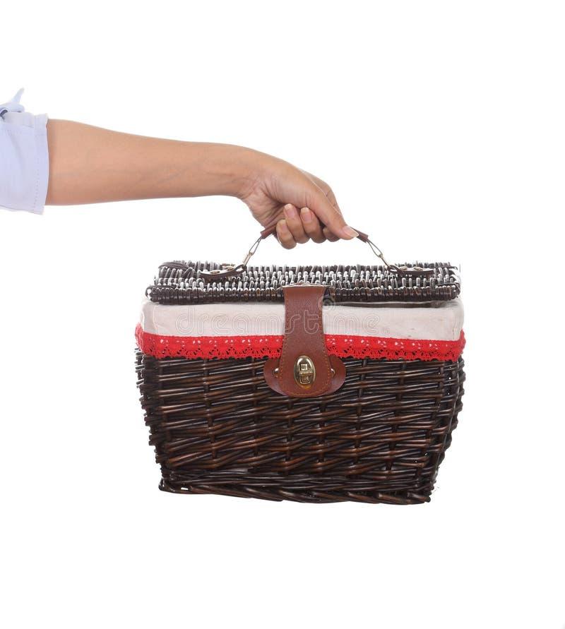 Mano con el bolso de la cesta de mimbre de la armadura imagen de archivo libre de regalías