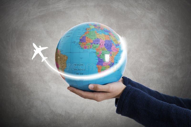 Mano con el mapa del mundo y los aviones fotos de archivo libres de regalías
