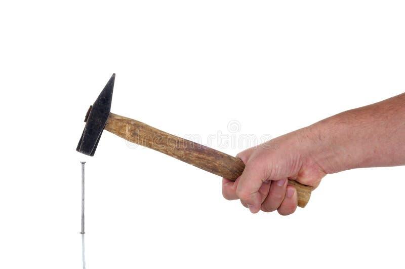Mano con el martillo, clavando imágenes de archivo libres de regalías