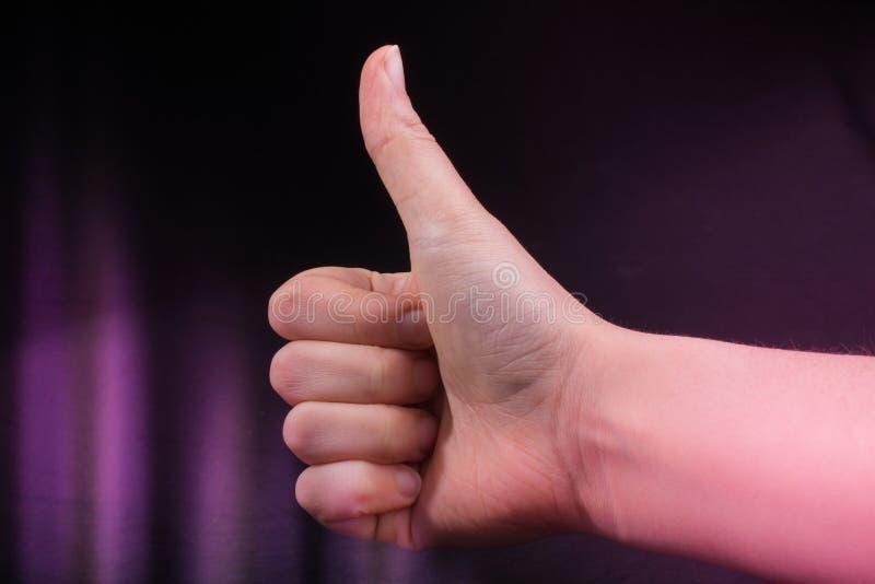Mano con el pulgar para arriba en negro fotografía de archivo libre de regalías