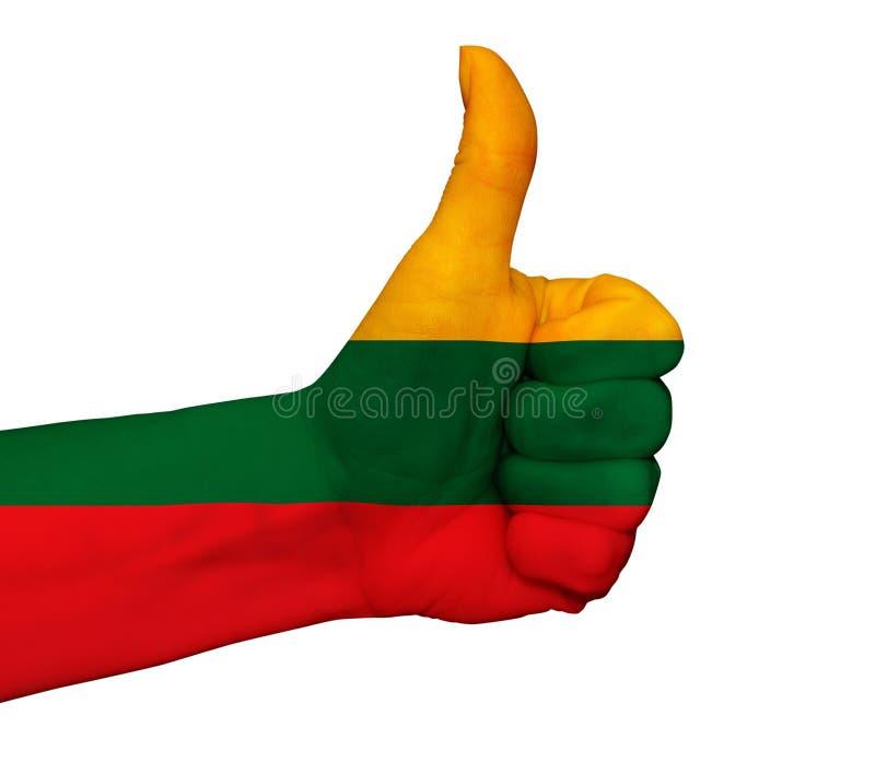 Mano con el pulgar para arriba pintado en colores de la bandera de Lituania aislado imágenes de archivo libres de regalías