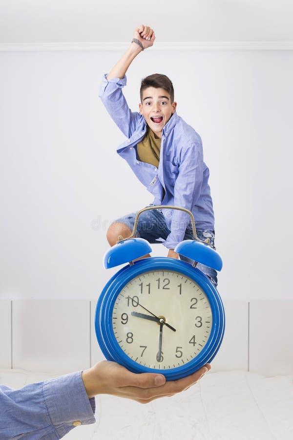 Mano con el reloj y el salto joven fotografía de archivo