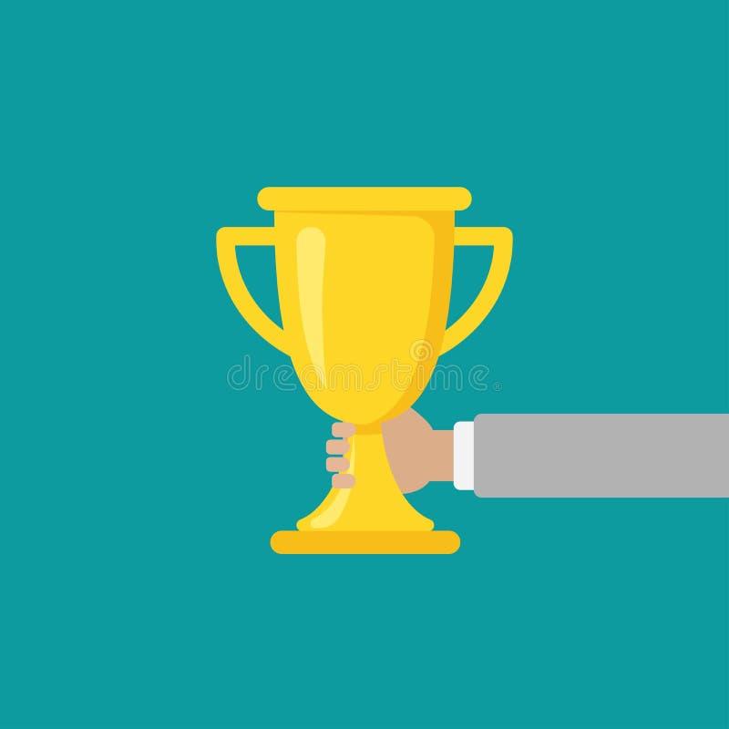 Mano con el trofeo del oro, taza que gana aislada en fondo azul Primer lugar, cuenco del premio stock de ilustración