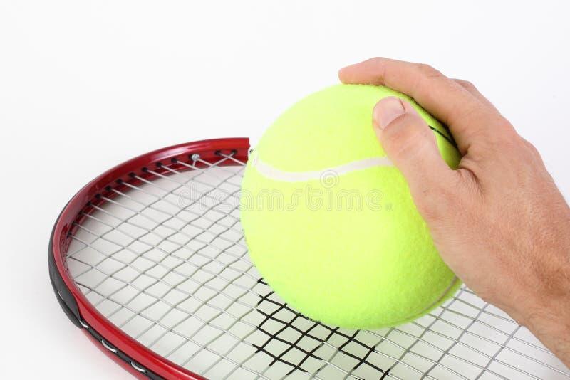 Mano con grande pallina da tennis fotografia stock libera da diritti