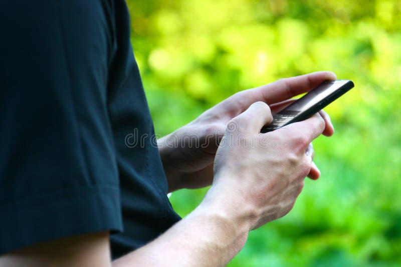 Mano con il telefono mobile fotografia stock libera da diritti