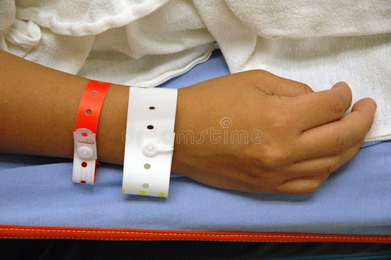 Mano con l'identificazione dell'ospedale immagine stock libera da diritti