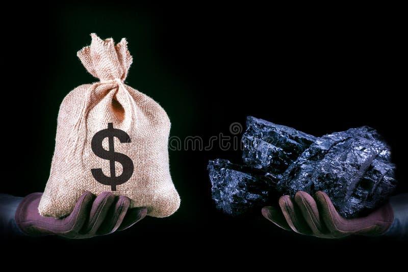 Mano con la borsa con le banconote del dollaro e mano con la pietra del carbone Concetto di industria estrattiva con i dollari ed fotografie stock libere da diritti