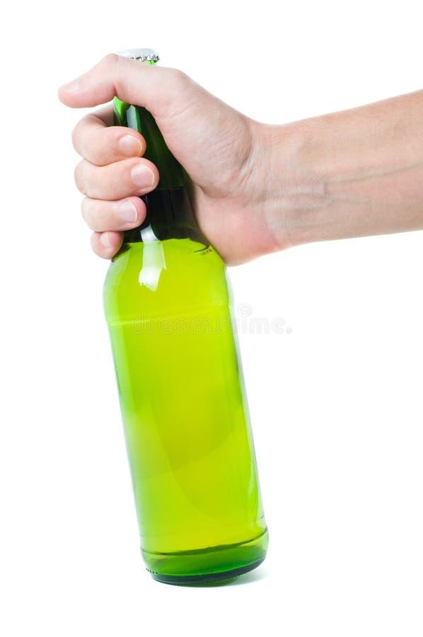 Mano con la botella de cerveza fotografía de archivo libre de regalías