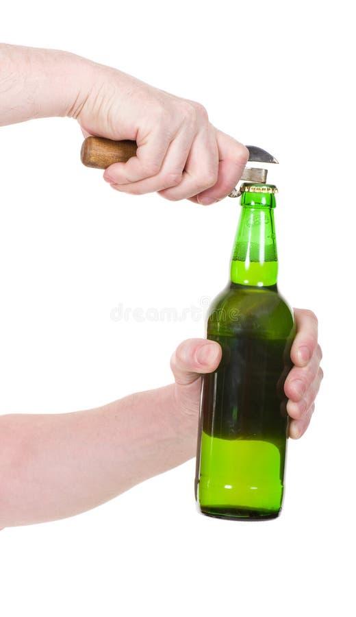 Mano con la botella del verde de la cerveza foto de archivo libre de regalías
