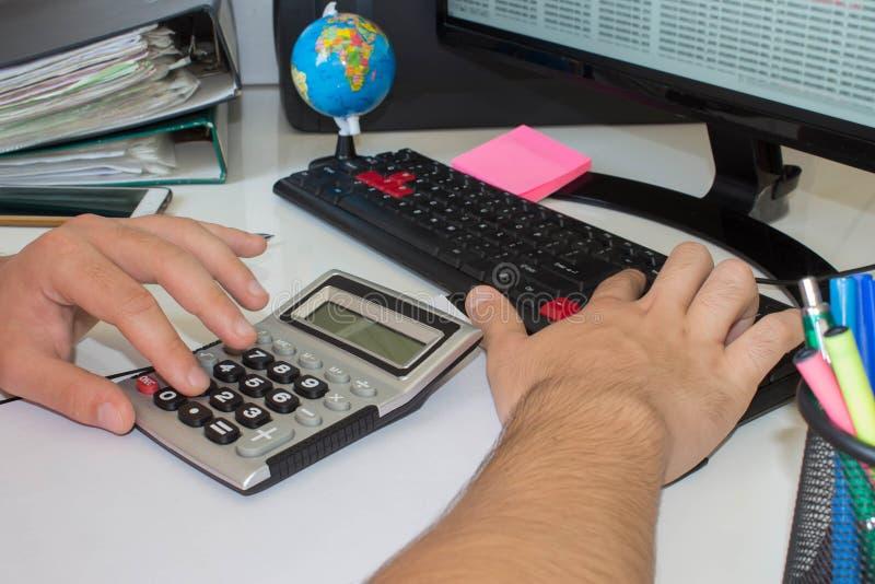 Mano con la calculadora Negocio de las finanzas y de la contabilidad foto de archivo libre de regalías