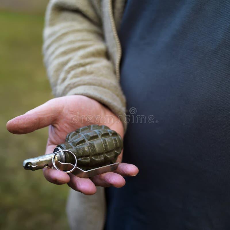 Mano con la granada fotos de archivo