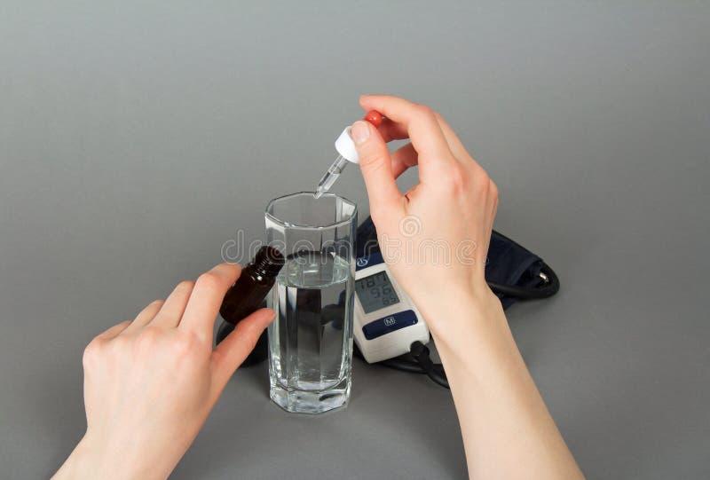 Download Mano Con La Medicina Para La Presión Y Un Tonometer Foto de archivo - Imagen de cristal, inferior: 41916762