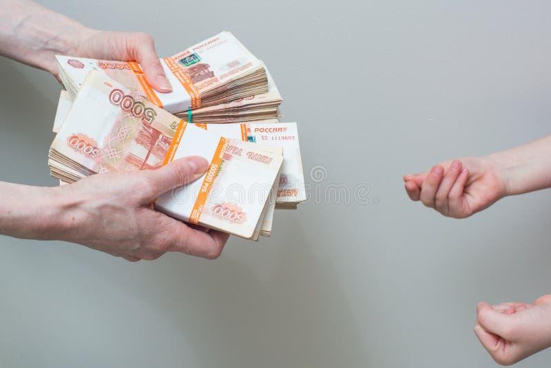 Mano con la pila di soldi russi fotografia stock libera da diritti