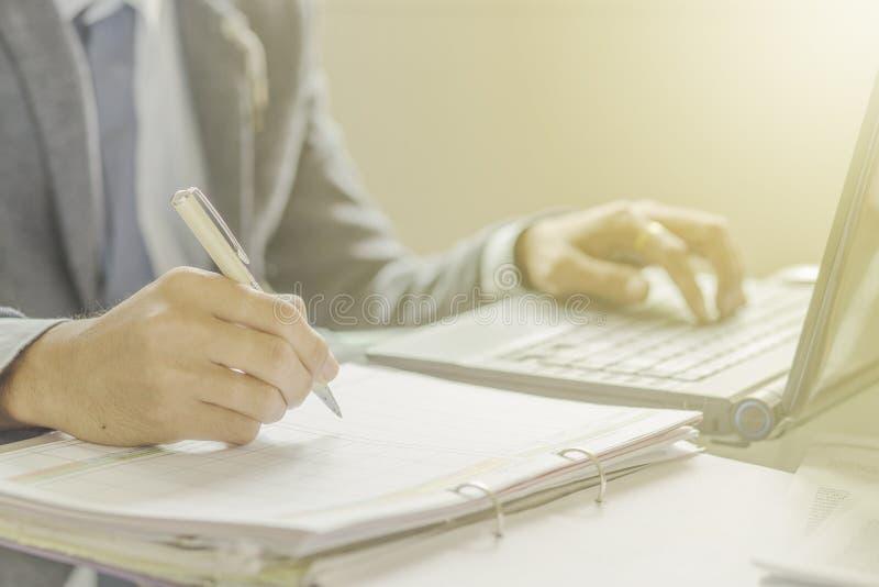 Mano con la pluma que escribe o que firma imagen de archivo