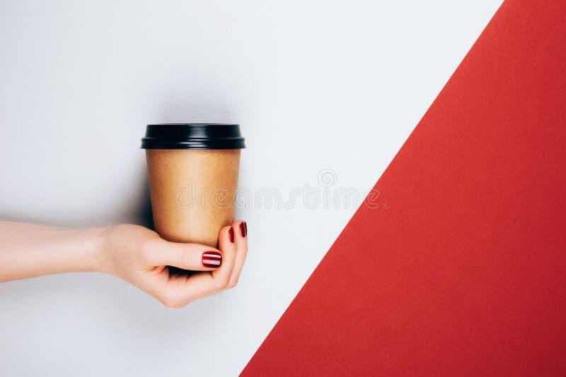 Mano con la tazza di caffè da andare fotografie stock