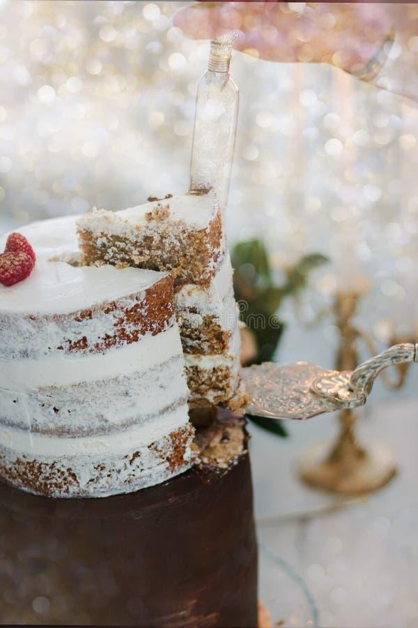 Mano con la torta de la Navidad del corte del cuchillo durante la celebración imagen de archivo