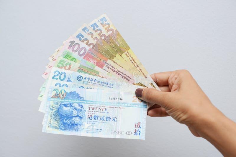 Mano con los billetes de dólar de Hong Kong imágenes de archivo libres de regalías