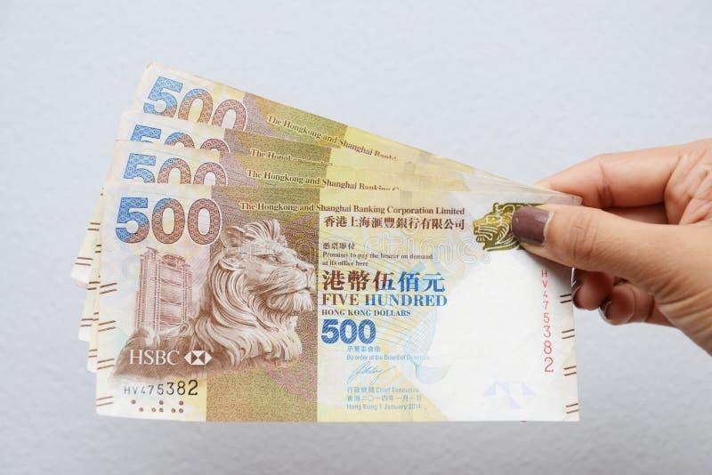 Mano con los billetes de dólar de Hong Kong fotos de archivo