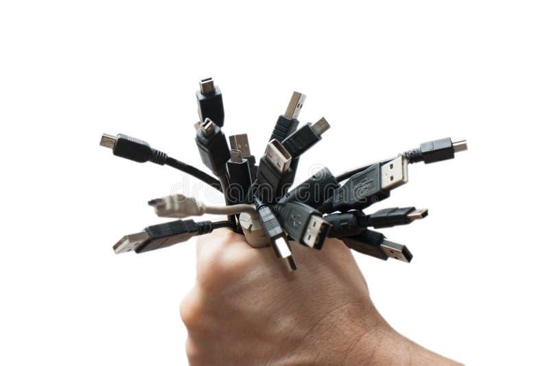 Mano con los enchufes del USB foto de archivo