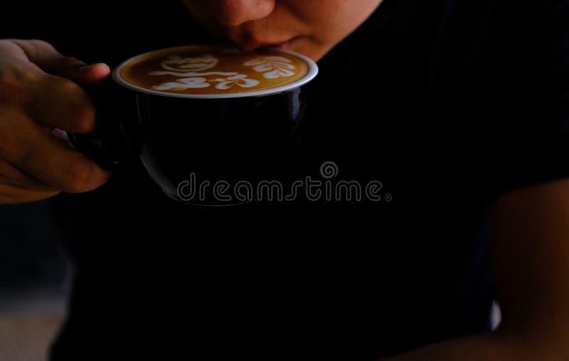 Mano con una taza de café. Bebida de menú para relajarse en mesa de madera Textura y espacio para el texto. Diseño de diseño d foto de archivo
