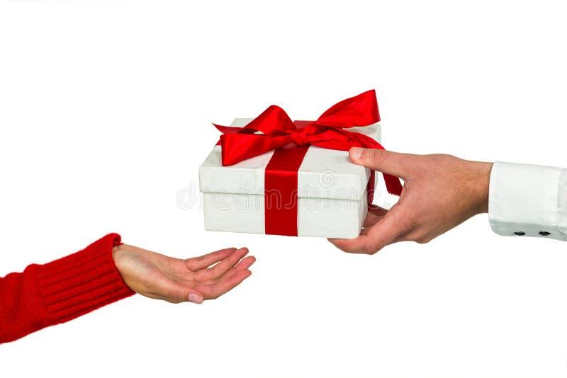 Mano cosechada del hombre que da el regalo a la mujer fotos de archivo